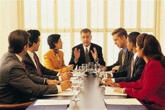 Команда инвесторов обсуждает детали проекта