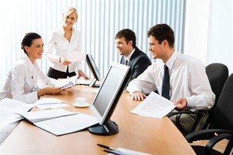 Команда людей занята обсуждением инвестиционного проекта