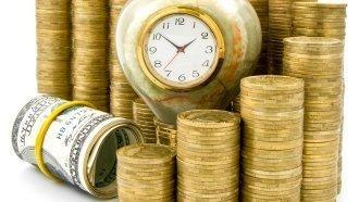Стопки монет, доллары и часы