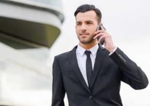 Хорошо одетый мужчина говорит по телефону